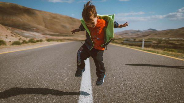 Wesoły chłopiec na ulicy
