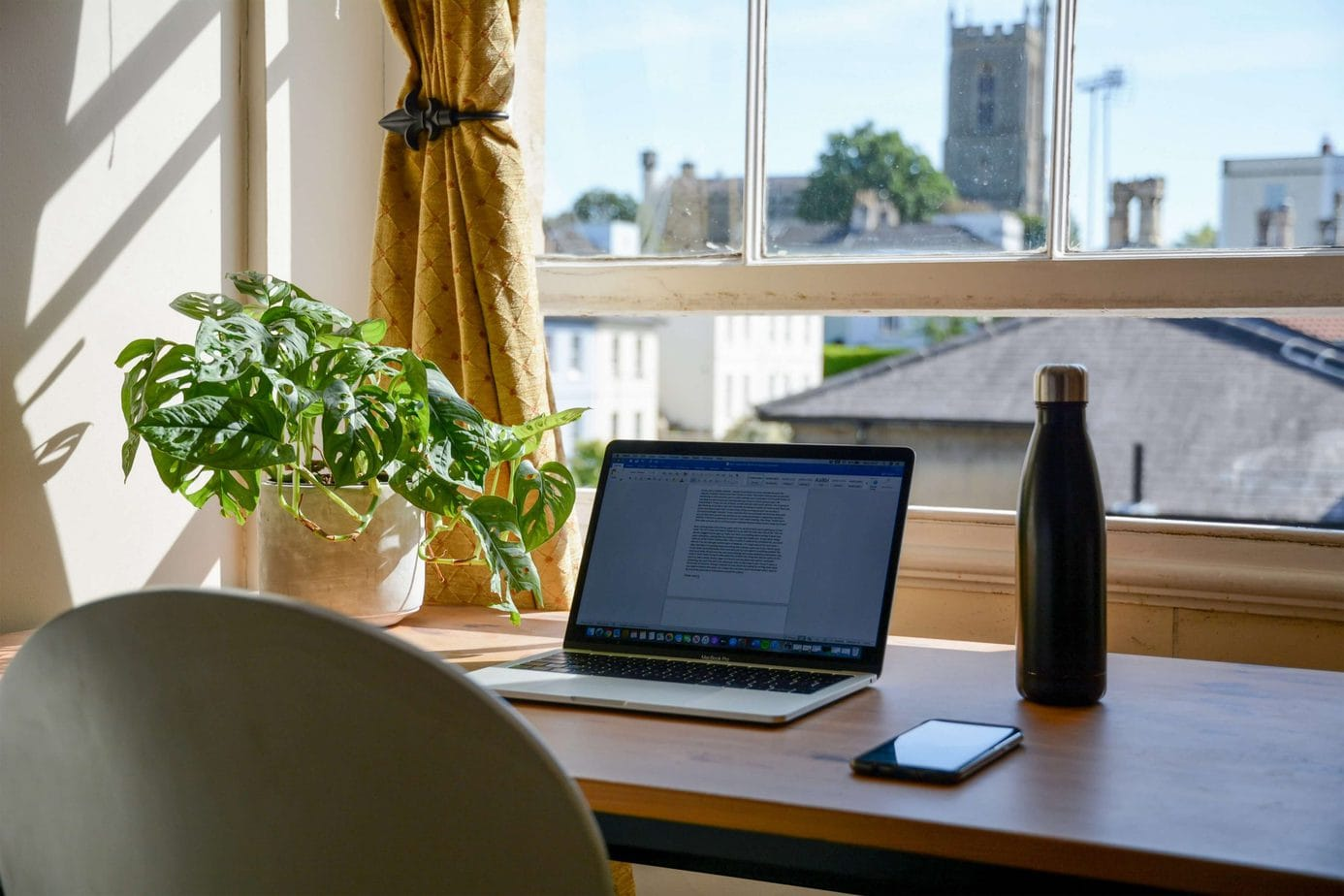Biurko pracownika na home office