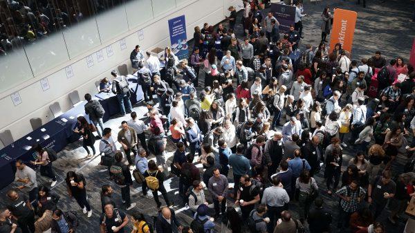 Tłum ludzi na konferencji