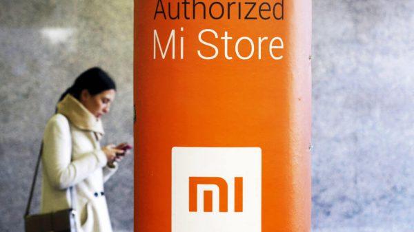 Kobieta przy sklepie Xiaomi