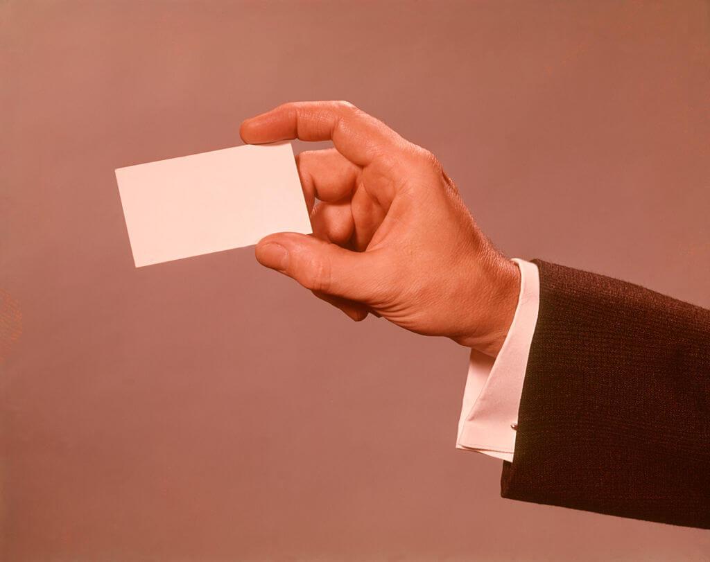 Dłoń trzymająca wizytówkę