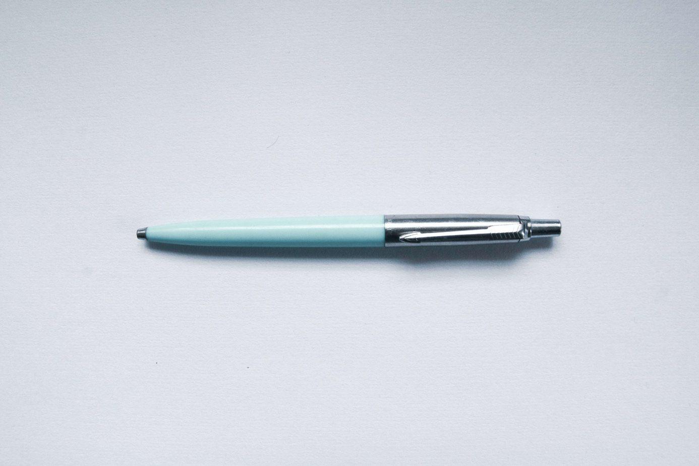 Niebieski długopis na białym tle