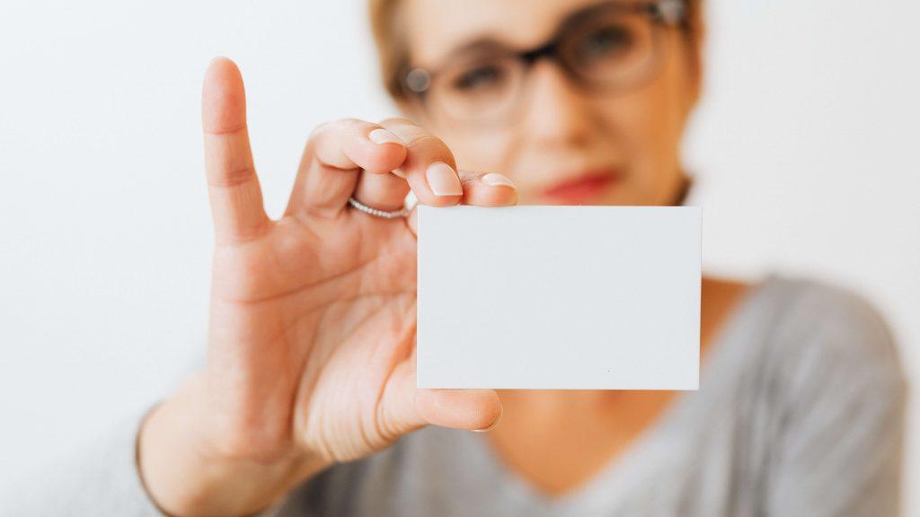 Kobieta trzymająca wizytówkę