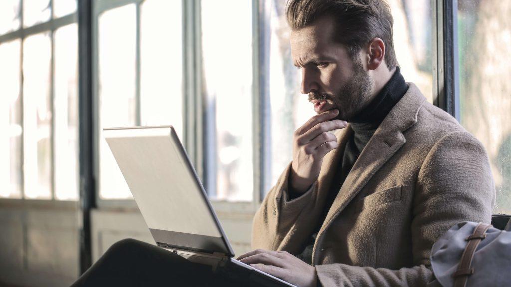 Młody biznesman przy laptopie
