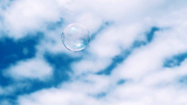 Bańka mydlana na tle nieba