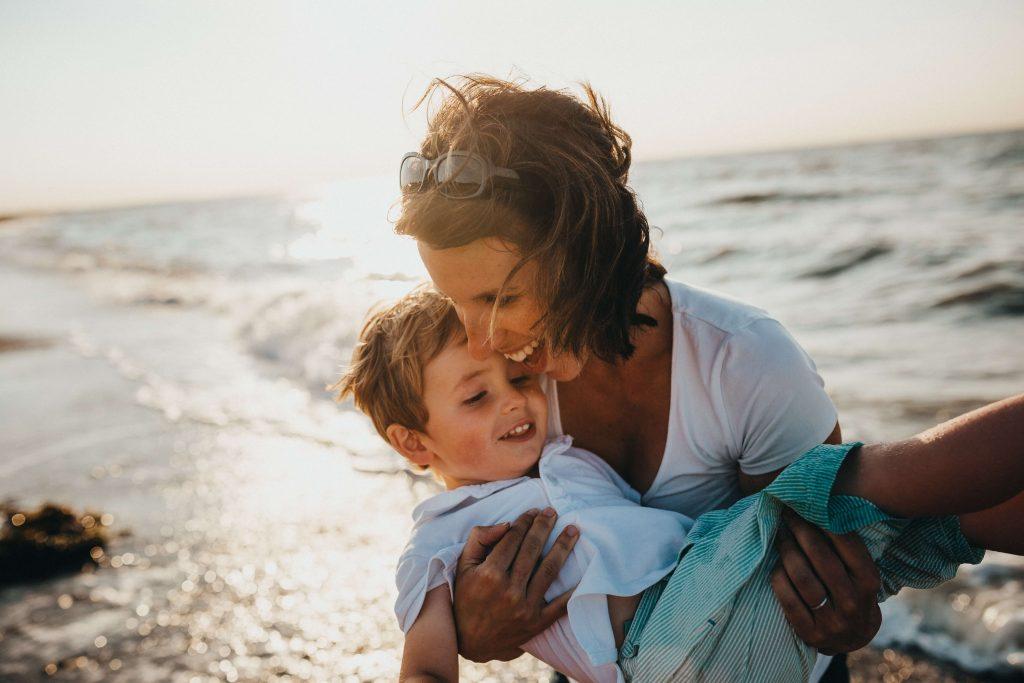 Matka z synem nad morzem