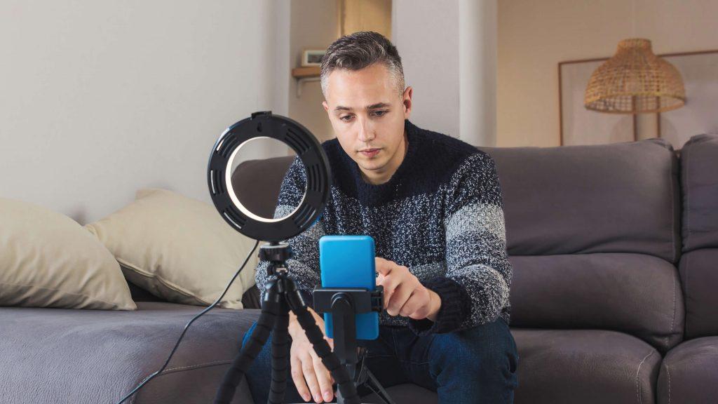 Influencer nagrywający filmik