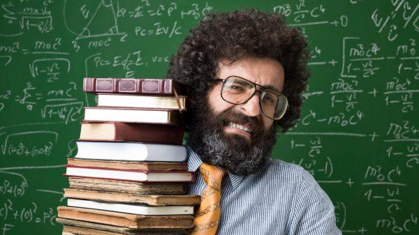 Nauczyciel matematyki ze stosem książek