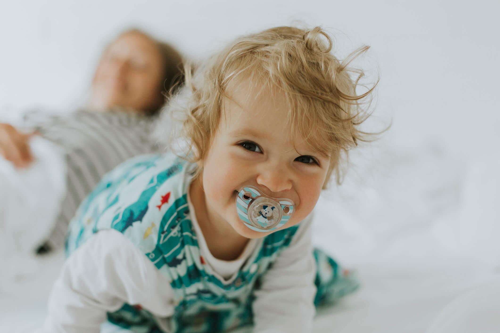 Wesołe niemowlę ze smoczkiem