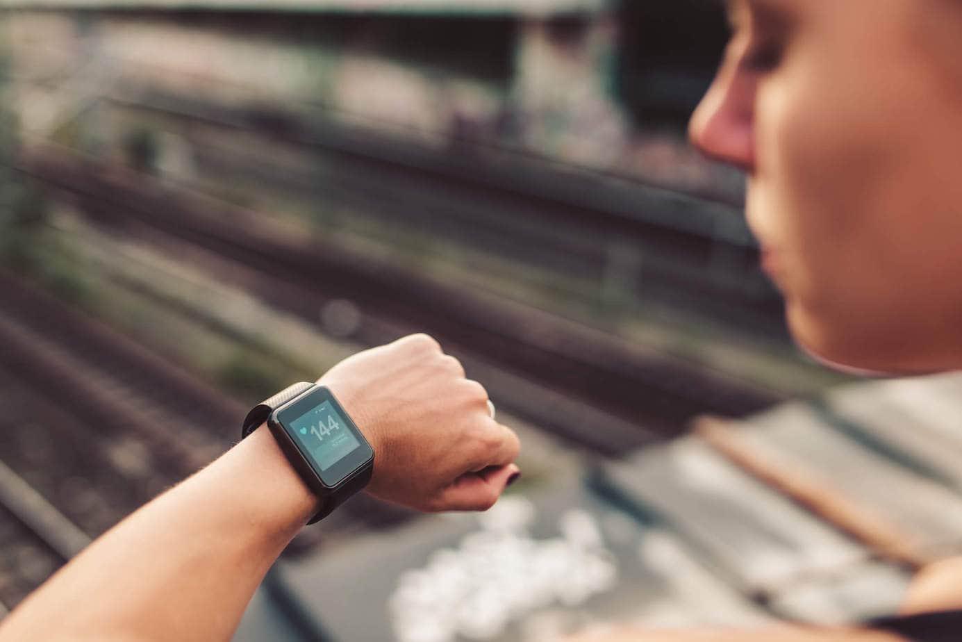 Kobieta sprawdzająca godzinę na smartwatchu