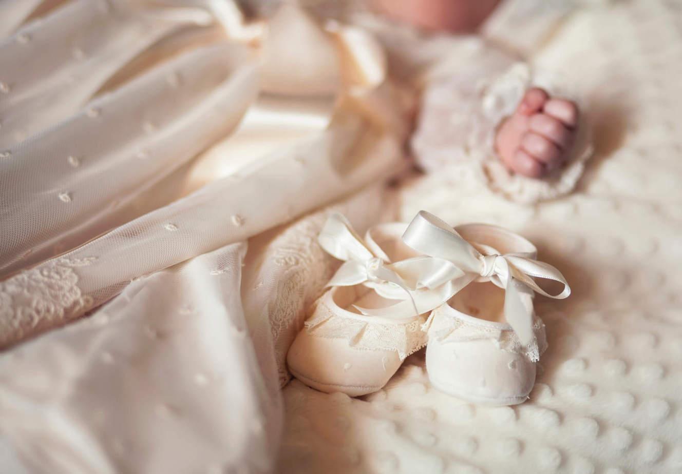 Białe ubranka do chrztu
