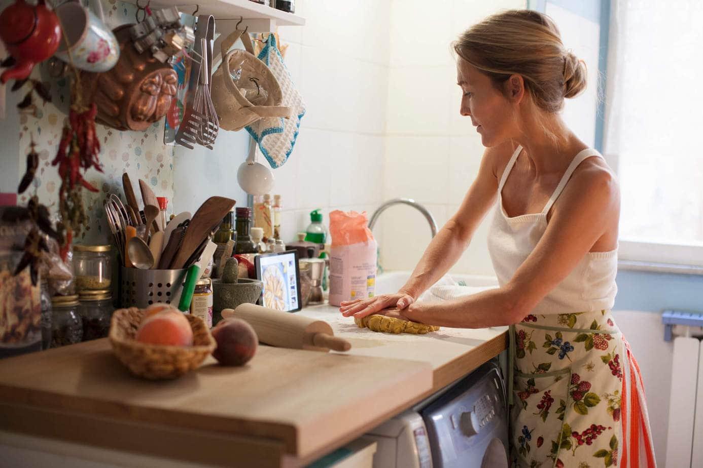 Kobieta robiąca w kuchni ciasto