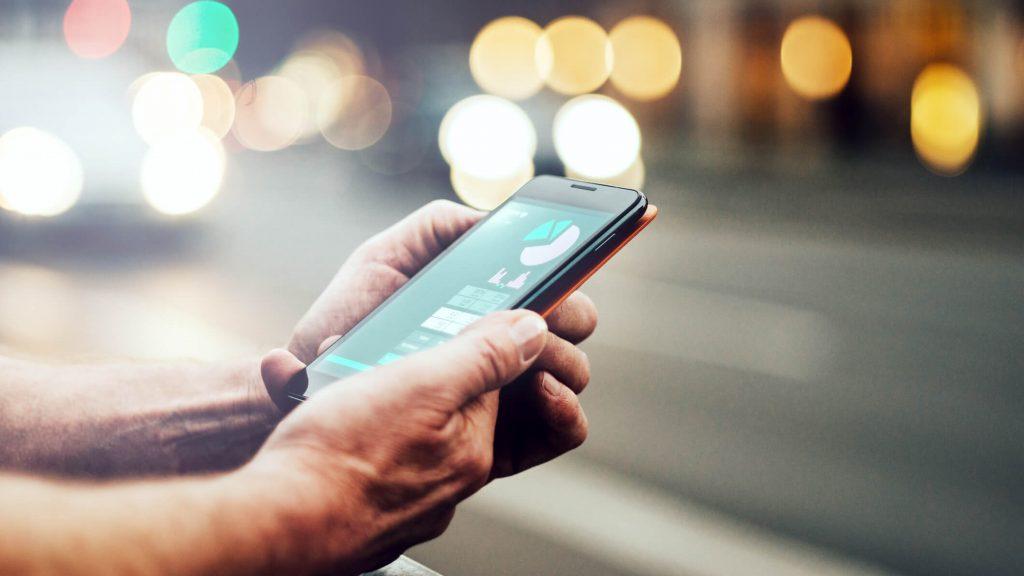Smartfon trzymany w ręce