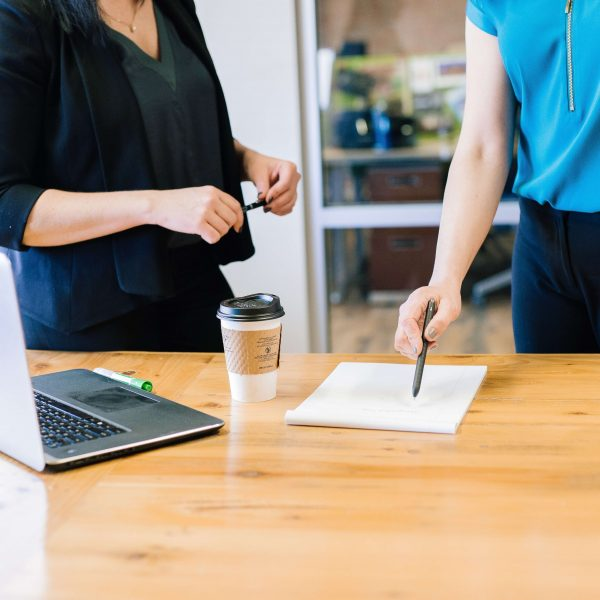 Dwie osoby stojące przy biurku